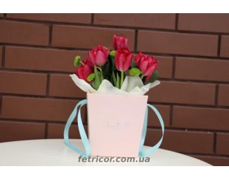 Кошик з тюльпанами
